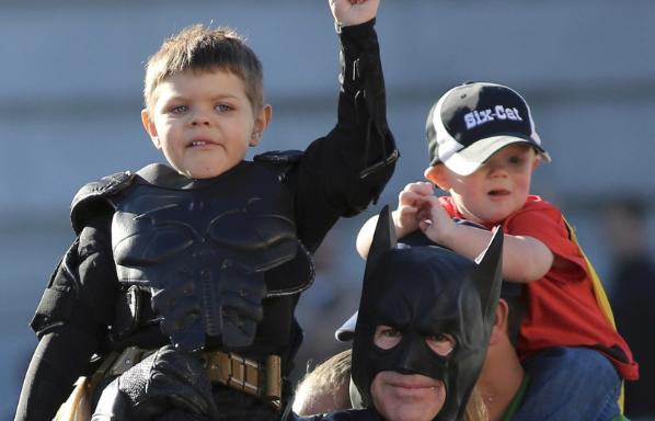 Un enfant en rémission du cancer devient «Batkid» pour sauver San Francisco du crime!