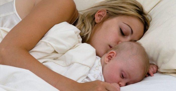 Officiel : Les bébés doivent dormir avec leur mère jusqu'à l'âge de 3 ans
