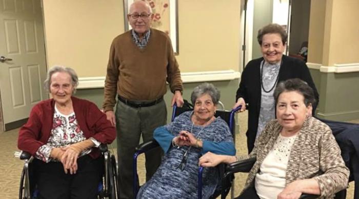 5 frères et sœurs s'installent dans une maison de retraite pour vivre ensemble, ils nous enseignent la véritable signification de la famille