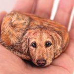 Une artiste transforme des pierres en animaux que vous pouvez tenir dans la paume de votre main