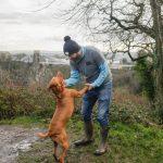 Il a créé un groupe de promenades pour chiens pour les hommes qui ont besoin d'un compagnon pour parler de leurs problèmes et émotions