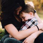 vous devez toujours réconforter un enfant contrarié, peu importe pourquoi il l'est
