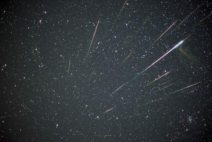 Les étoiles filantes illuminent le ciel comme des lumières de Noël célestes