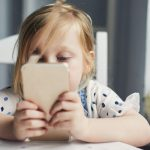 «Le fait de donner un téléphone portable à l'enfant de moins de 10 ans est un acte d'irresponsabilité familiale», affirme le psychologue.