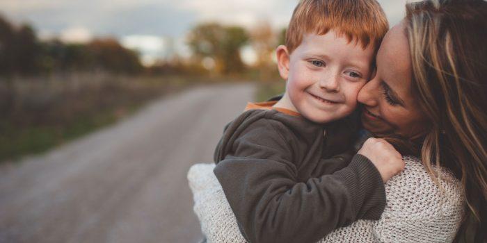 Des recherches révèlent que les enfants qui reçoivent plus de câlins ont un cerveau plus développé