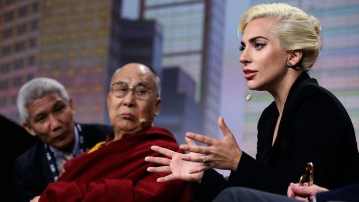 Lady Gaga explique comment l'élite crée la division et répand la haine parmi les masses.