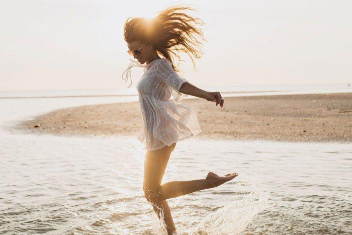 Une personne souriante est lumineuse, dégage une énergie positive la où elle va.