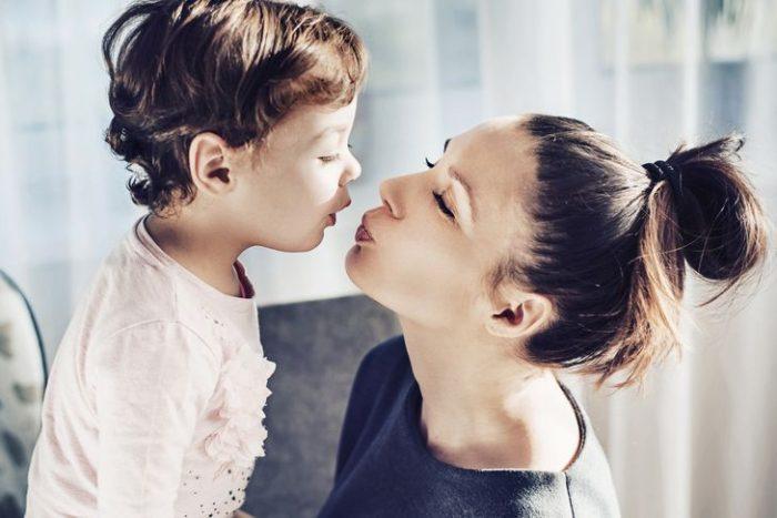 Embrasser son enfant sur la bouche : que disent les psychiatres ?